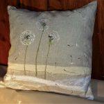 Grisard coussin lin peint et ajouts de textiles divers